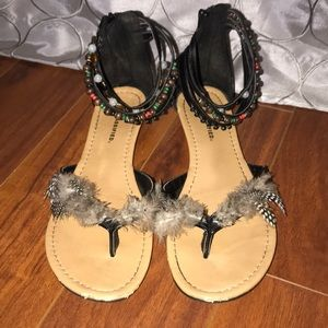 City classified feather sandals